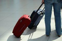 Jambes dans des jeans avec la valise Photo libre de droits