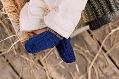 Jambes de bébé dans les chaussettes Photographie stock