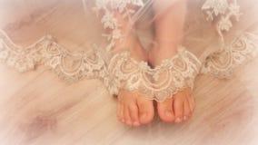 Jambes de bébé de dessous la robe de dentelle Image stock