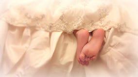 Jambes de bébé de dessous la robe de dentelle Photo libre de droits