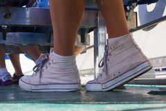 Jambes de beauté Espadrilles roses sur le bateau Image stock