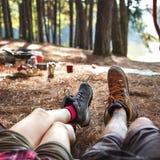 Jambes de couples détendant camper dehors concept Photo stock