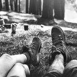 Jambes de couples détendant camper dehors concept Photos libres de droits