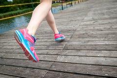 Jambes de coureur au pont en bois Images stock