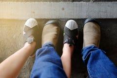 Jambes de croisement de couples avec amour Image stock