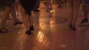 Jambes de danse à la piste de danse à la partie dans la boîte de nuit Danse de personnes et amusement de avoir à la salle de dans clips vidéos