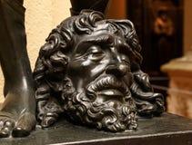 Jambes de David avec la tête de la statue de Goliath images stock