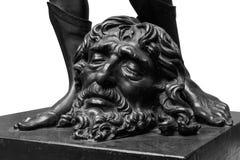 Jambes de David avec la tête de la statue de Goliath d'isolement sur le blanc image libre de droits