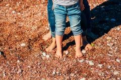 Jambes de famille sur la plage Parents avec des enfants sur la plage Fa Photo libre de droits