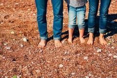 Jambes de famille sur la plage Parents avec des enfants sur la plage Fa Images libres de droits