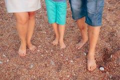 Jambes de famille sur la plage Parents avec des enfants sur la plage Fa Image libre de droits