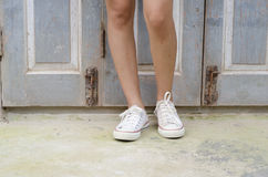Jambes de femme avec des espadrilles Photographie stock