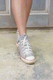 Jambes de femme avec des espadrilles Images libres de droits