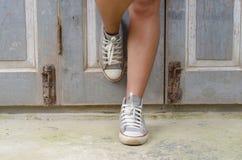 Jambes de femme avec des espadrilles Photo libre de droits