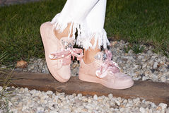 Jambes de femme avec des espadrilles Images stock