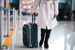 Jambes de femme d'affaires avec des bagages dans l'aéroport Photos stock