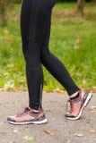 Jambes de femme d'ajustement Photographie stock libre de droits