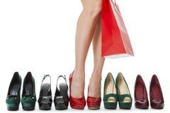Jambes de femme dans des chaussures rouges élégantes Photo libre de droits