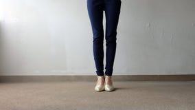 Jambes de femme dans le support d'or de sandales de talon haut sur la terre, fond extérieur Photographie stock libre de droits