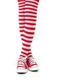 Jambes de femme dans les chaussettes sur le fond blanc Photos libres de droits