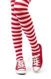 Jambes de femme dans les chaussettes sur le fond blanc Image libre de droits