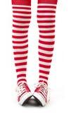 Jambes de femme dans les chaussettes sur le fond blanc Photos stock