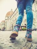 Jambes de femme de Florence Italie dans des jeans marchant près de la cathédrale Images stock