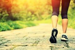 Jambes de femme de forme physique augmentant sur la traînée Images stock