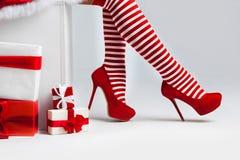 Jambes de femme de Santa Image stock