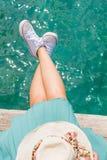 Jambes de femme en surface sur un dock Photo libre de droits