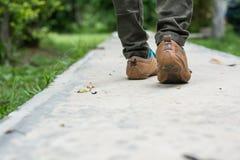 Jambes de femme et chaussures d'espadrille avec la marche de jeans Photo stock