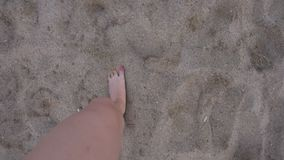 Jambes de femme marchant sur la plage d'océan Pieds de femme marchant sur le sable de plage clips vidéos