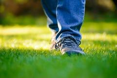 Jambes de femme sur l'herbe verte dans le jardin Photo stock