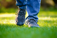 Jambes de femme sur l'herbe verte dans le jardin Photo libre de droits