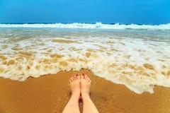 Jambes de femme sur la plage Photographie stock