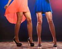 Jambes de femmes sur des talons hauts Photo libre de droits