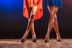 Jambes de femmes sur des talons hauts Image libre de droits