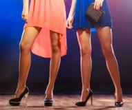 Jambes de femmes sur des talons hauts Photo stock