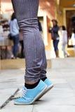 Jambes de femmes utilisant des espadrilles Photographie stock libre de droits