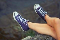 Jambes de fille avec des espadrilles Photo libre de droits