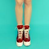 Jambes de fille dans des espadrilles rouges de vintage Photographie stock