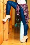 Jambes de fille dans la danse de pantalons de denim Images libres de droits