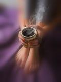 Jambes de fille dans les chaussettes de laine chaudes et d'une tasse de chauffage de café Image stock