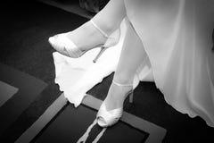 Jambes de jeune mariée avec des chaussures Photographie stock