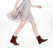 Jambes de jeune modèle dans le mouvement images stock