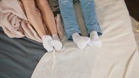 Jambes de jeunes couples attrayants caressant et se réveillant ensemble, Liens de parenté banque de vidéos