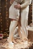 Jambes de jeunes couples dans l'intérieur en bois foncé avec des lumières, lanterne de bougie Étreindre d'homme et de femme Vacan Photo stock