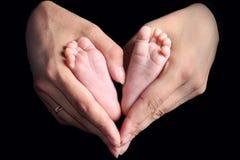 Jambes de l'enfant et des mains de la maman image libre de droits