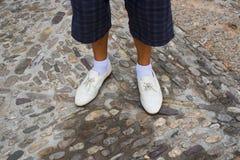 Jambes de l'homme perdu dans les chaussures et les chaussettes blanches photographie stock