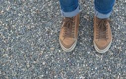 Jambes de la fille dans l'espadrille brune Image stock